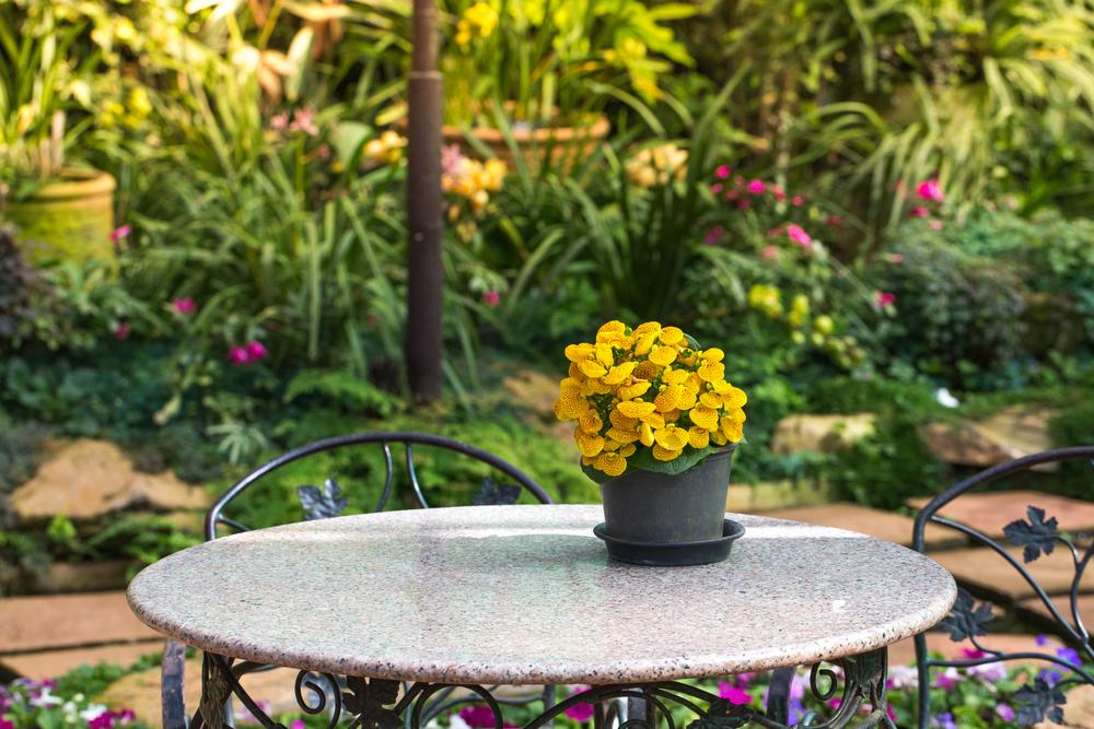 opter pour une table de jardin en pierre